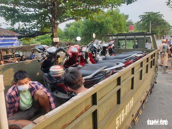 Hàng trăm quái xế bị CSGT Rạch Chiếc vây ráp, vứt xe bỏ chạy tán loạn - Ảnh 1.