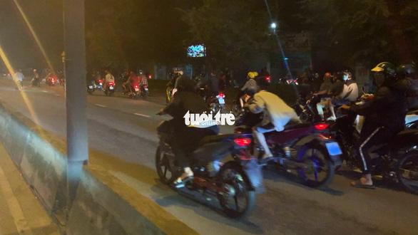Hàng trăm 'quái xế' lại quậy 'đã đời' trên đường phố TP.HCM - Ảnh 2.