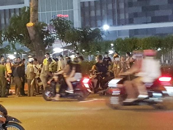 Đánh nhau giữa bảo vệ và một nhóm người trước AEON Tân Phú - Ảnh 2.