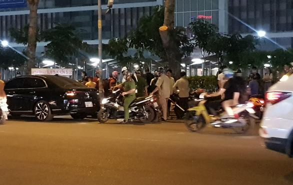 Đánh nhau giữa bảo vệ và một nhóm người trước AEON Tân Phú - Ảnh 3.