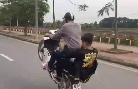 Bốc đầu xe máy rồi khoe trên Facebook, nam thanh niên bị phạt hơn 4 triệu đồng - Ảnh 1.