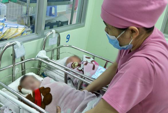 Thương lắm tiếng khóc bé thơ bị bỏ rơi ở bệnh viện - Ảnh 1.