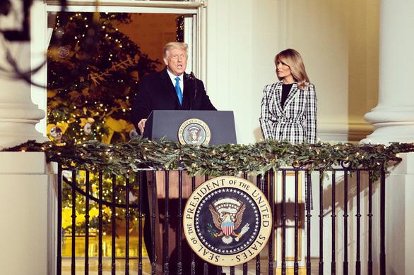 Vợ chồng ông Trump dự lễ lên đèn Giáng sinh tại Nhà Trắng - Ảnh 2.