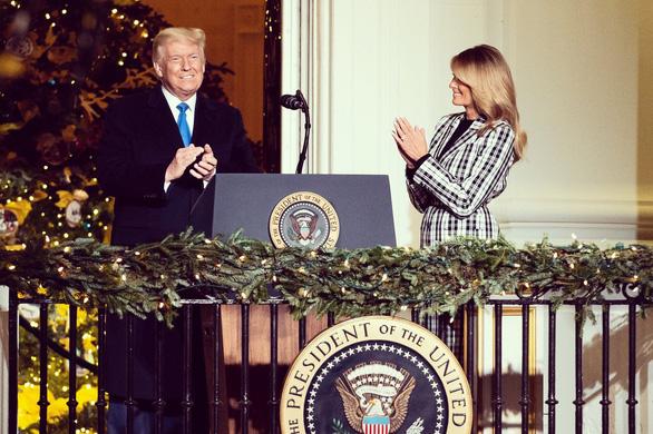 Vợ chồng ông Trump dự lễ lên đèn Giáng sinh tại Nhà Trắng - Ảnh 1.
