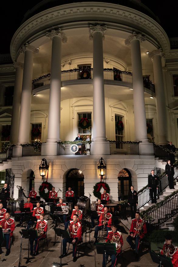 Vợ chồng ông Trump dự lễ lên đèn Giáng sinh tại Nhà Trắng - Ảnh 3.