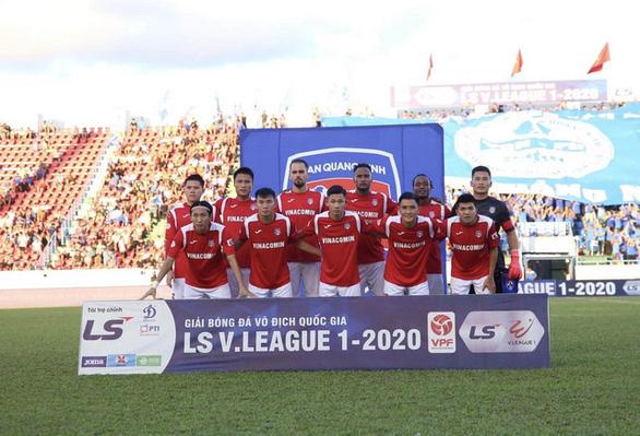 Hết cầu thủ, CLB Than Quảng Ninh đấu tập với... hội cổ động viên - Ảnh 1.