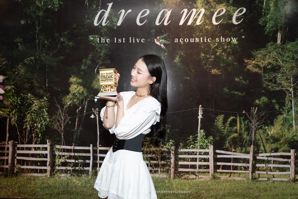 Amee - nghệ sĩ mới xuất sắc tại Việt Nam vừa thắng giải MAMA nói gì về hát live? - Ảnh 1.