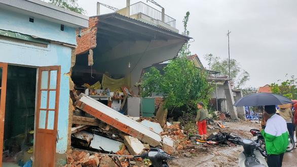 Xe container tông sập một nhà dân, hai nhà hư hỏng nặng - Ảnh 2.