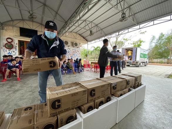 Tặng thực phẩm sạch cho trẻ em đặc biệt khó khăn, mồ côi Quảng Nam - Ảnh 2.