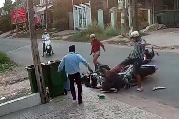 Bạn đọc phẫn nộ, đề nghị xử nghiêm thanh niên đánh dã man 2 nữ sinh sau va chạm giao thông  - Ảnh 2.