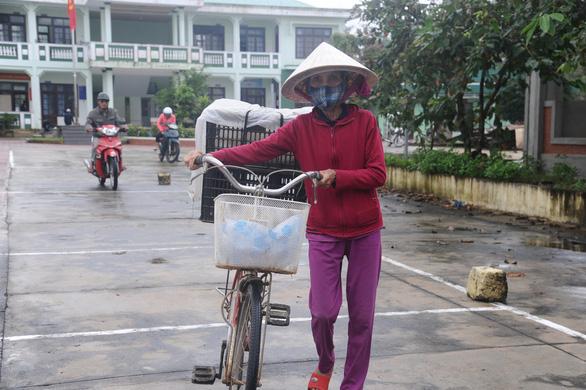 Trao sinh kế giúp người dân Quảng Nam vượt qua khó khăn sau bão lũ - Ảnh 2.