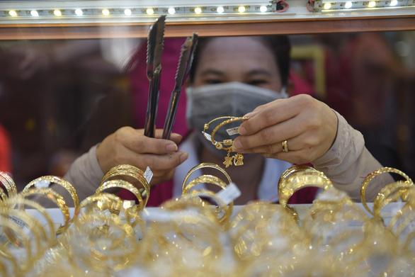 Ế ẩm nhưng sao vàng trong nước vẫn cao hơn thế giới 4,9 triệu đồng/lượng? - Ảnh 1.
