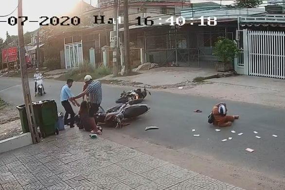 Nam thanh niên lên gối, đạp vào đầu nữ sinh sau tai nạn - Ảnh 2.