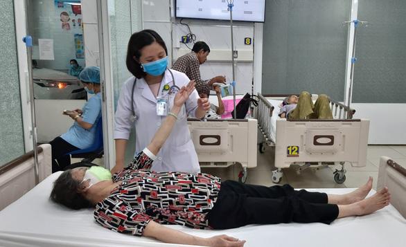 Bệnh đột quỵ khiến nghệ sĩ Chí Tài qua đời: Làm sao nhận biết bệnh, sơ cứu ra sao? - Ảnh 1.