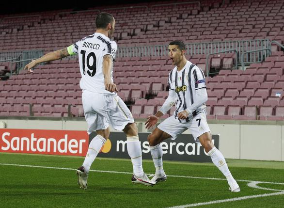 Đối đầu Messi, Ronaldo ghi 2 bàn giúp Juventus chiếm ngôi đầu bảng - Ảnh 1.
