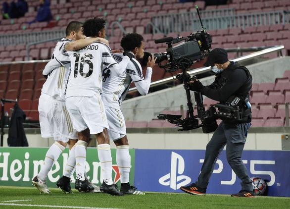 Đối đầu Messi, Ronaldo ghi 2 bàn giúp Juventus chiếm ngôi đầu bảng - Ảnh 2.