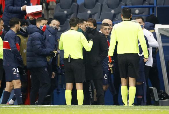 Trọng tài thứ tư phân biệt chủng tộc, PSG và Istanbul cùng rời sân phản đối - Ảnh 2.