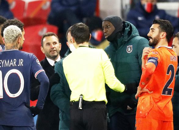 Trọng tài thứ tư phân biệt chủng tộc, PSG và Istanbul cùng rời sân phản đối - Ảnh 1.
