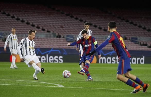 Đối đầu Messi, Ronaldo ghi 2 bàn giúp Juventus chiếm ngôi đầu bảng - Ảnh 3.
