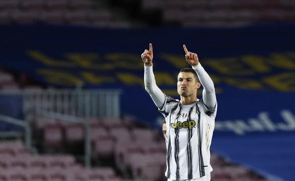 Đối đầu Messi, Ronaldo ghi 2 bàn giúp Juventus chiếm ngôi đầu bảng - Ảnh 4.
