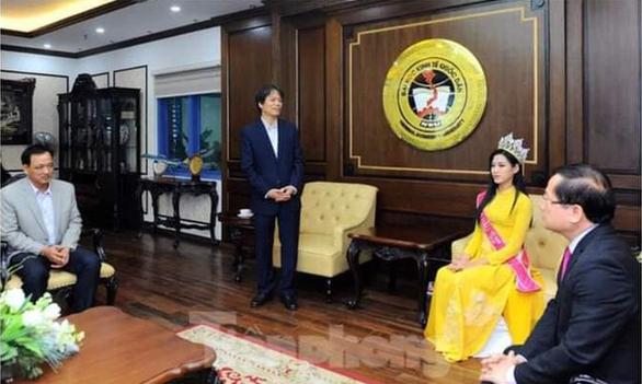 Thực hư về bức ảnh hoa hậu Đỗ Thị Hà 'thất lễ', hiệu trưởng 'khúm núm' - Ảnh 1.