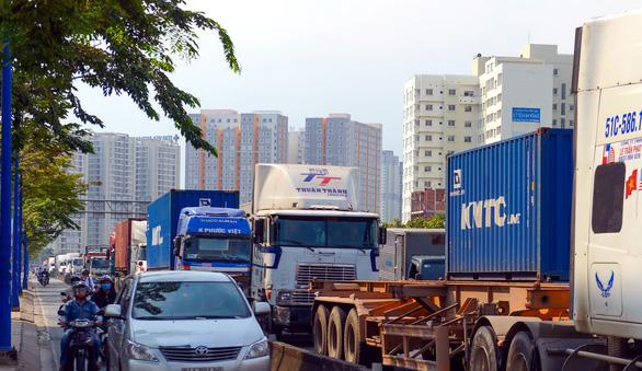 HĐND TP.HCM đồng ý thu phí hạ tầng, thông đường vào cảng từ 1-7-2021 - Ảnh 1.