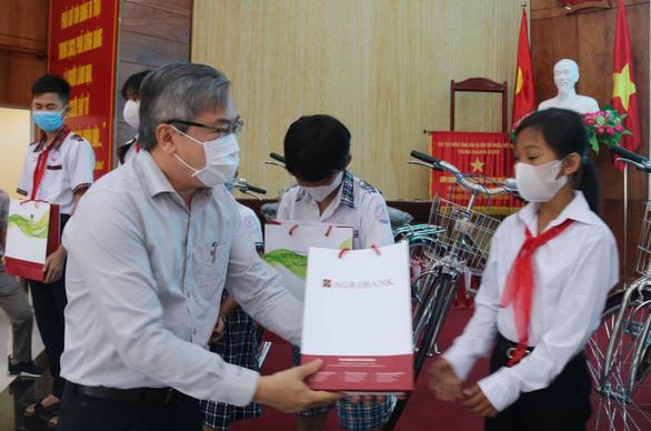 300 học sinh khó khăn Kiên Giang nhận học bổng 'Gieo mầm tri thức' - Ảnh 2.