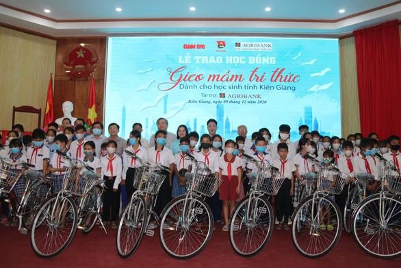 300 học sinh khó khăn Kiên Giang nhận học bổng 'Gieo mầm tri thức' - Ảnh 1.