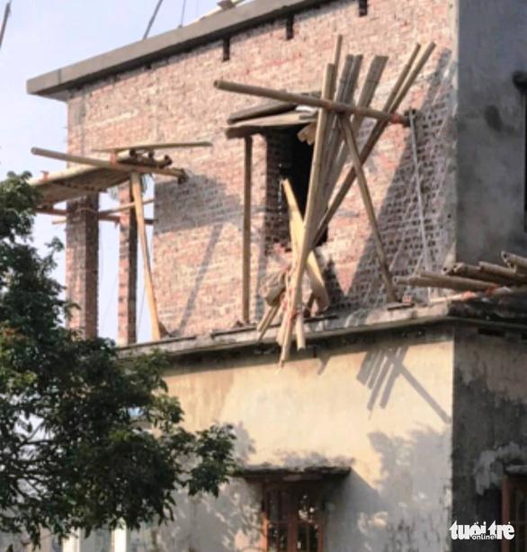 Sập giàn giáo khi xây nhà, 3 người chết - Ảnh 1.