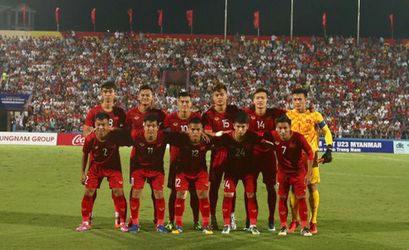 Đội tuyển Việt Nam và U22 đá giao hữu trên sân Việt Trì - Ảnh 1.