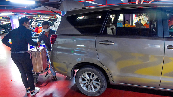 Trước Tết, khách sẽ không phải leo lầu Tân Sơn Nhất đón xe công nghệ nữa - Ảnh 1.