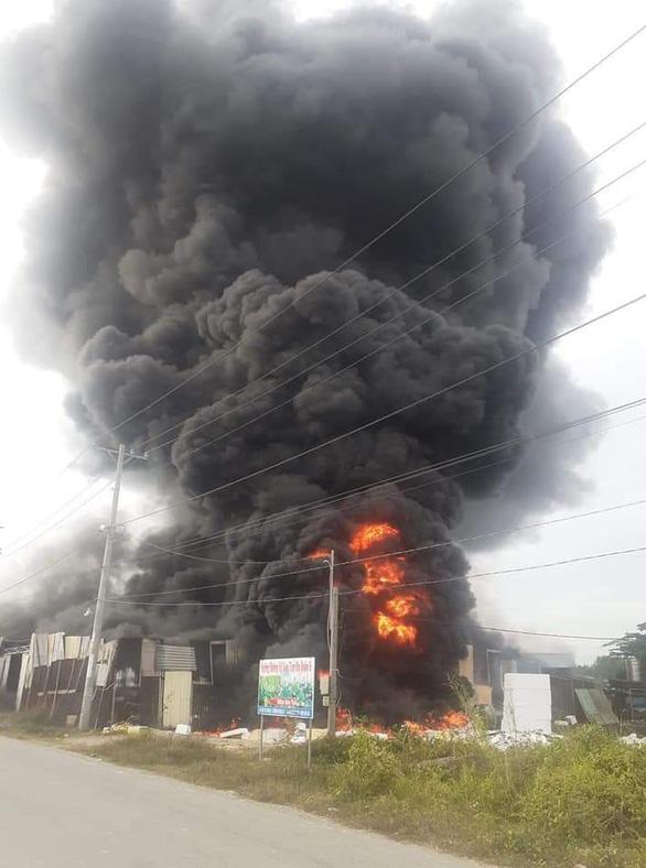 Cháy lớn xưởng làm đồ trang trí Noel và Tết ở quận 9 - Ảnh 2.