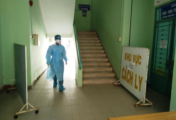 Nữ nhân viên lễ tân tiếp xúc bệnh nhân Trung Quốc đã bị nhiễm corona - Ảnh 1.