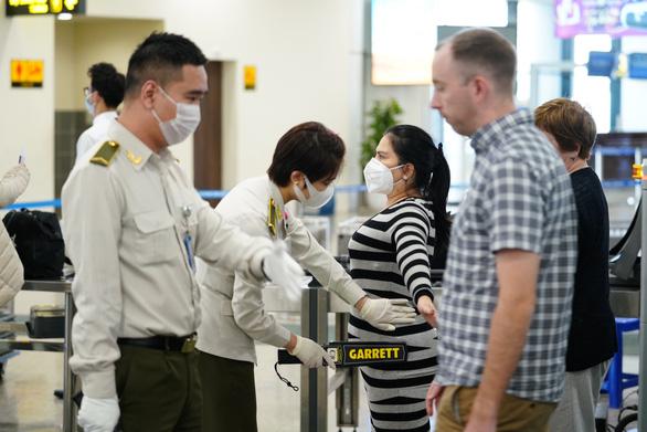 Liên tiếp phát hiện hành khách dùng giấy tờ giả đi máy bay - Ảnh 1.