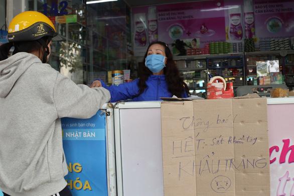 Hủy xử phạt 25 triệu với tiệm thuốc bán khẩu trang 'đội' giá 50.000 đồng - Ảnh 1.
