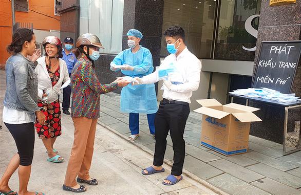 Đang phát miễn phí hàng trăm ngàn khẩu trang y tế tại TP.HCM, Hà Tĩnh - Ảnh 1.