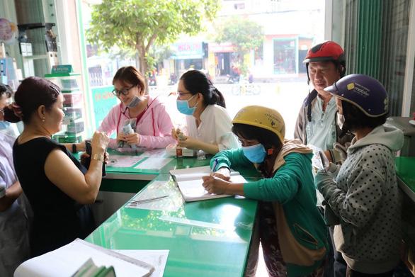 Đang phát miễn phí hàng trăm ngàn khẩu trang y tế tại TP.HCM, Hà Tĩnh - Ảnh 9.