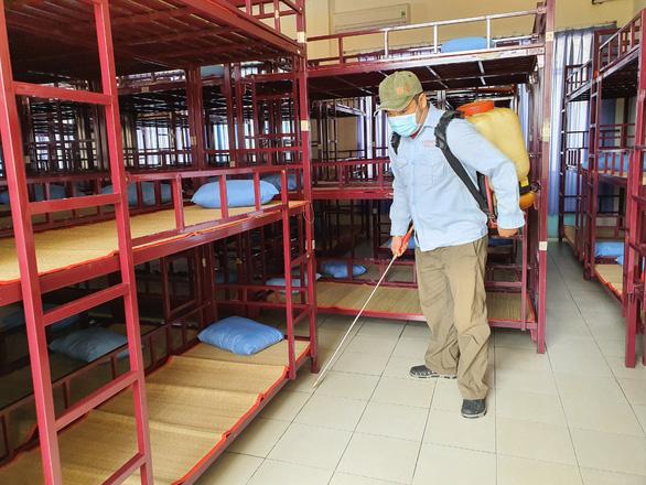 TP.HCM: nhiều trường tư cho học sinh nghỉ học, phụ huynh sốt ruột chờ trường công - Ảnh 1.