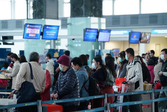 Hai hành khách Trung Quốc ở Nội Bài không chịu lên máy bay về nước - Ảnh 1.
