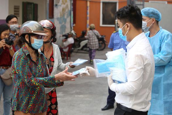 Đang phát miễn phí hàng trăm ngàn khẩu trang y tế tại TP.HCM, Hà Tĩnh - Ảnh 7.