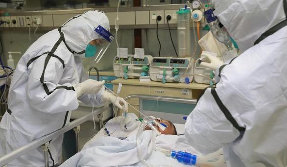 Bác sĩ ở Vũ Hán bị người nhà bệnh nhân nhiễm corona tấn công - Ảnh 2.