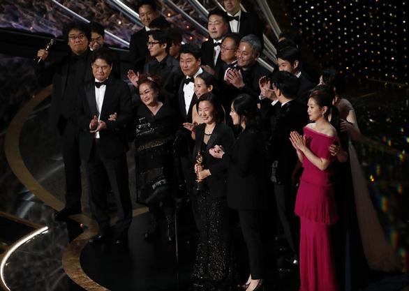 Đạo diễn Bong Joon Ho sau chiến thắng Oscar: Mọi thứ thật điên rồ! - Ảnh 1.