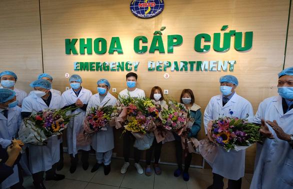 Ba bệnh nhân Vĩnh Phúc nhiễm nCoV được xuất viện, xe đưa về tận nhà - Ảnh 1.