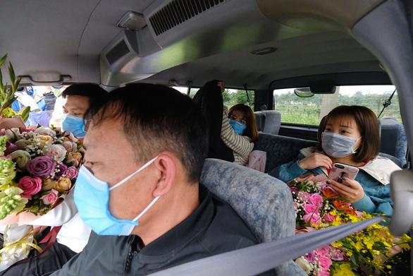 Ba bệnh nhân Vĩnh Phúc nhiễm nCoV được xuất viện, xe đưa về tận nhà - Ảnh 3.