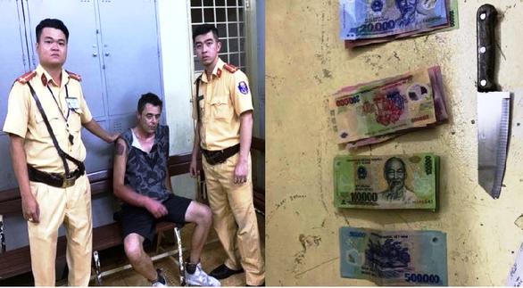 Một người Anh cầm dao cướp siêu thị ở trung tâm Sài Gòn - Ảnh 1.