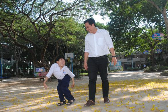 Cậu học trò 0,8 mét ham học dữ thần - Ảnh 1.