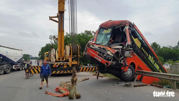 Xe đầu kéo và 2 xe khách tông nhau loạn xạ, 7 người cấp cứu - Ảnh 2.
