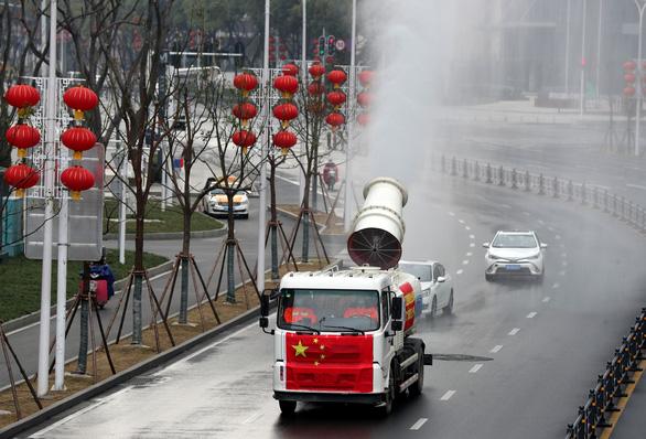 Hàng trăm triệu người Trung Quốc quay lại làm việc giữa dịch corona - Ảnh 6.