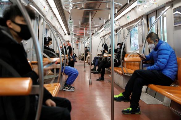 Hàng trăm triệu người Trung Quốc quay lại làm việc giữa dịch corona - Ảnh 3.