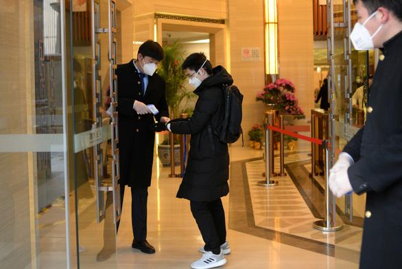 Hàng trăm triệu người Trung Quốc quay lại làm việc giữa dịch corona - Ảnh 5.